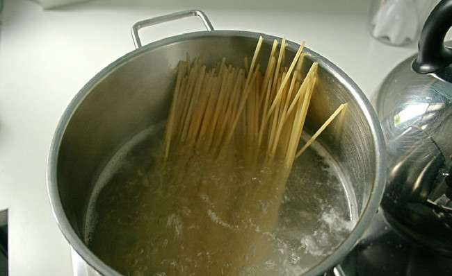boiling the spaghetti